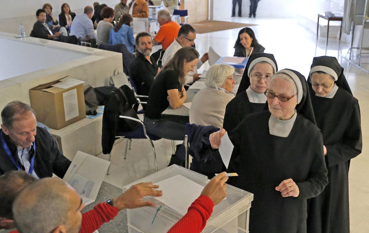 Un grupo de religiosas vota en un colegio electoral, durante la jornada en que Galicia celebra las elecciones autonómicas.
