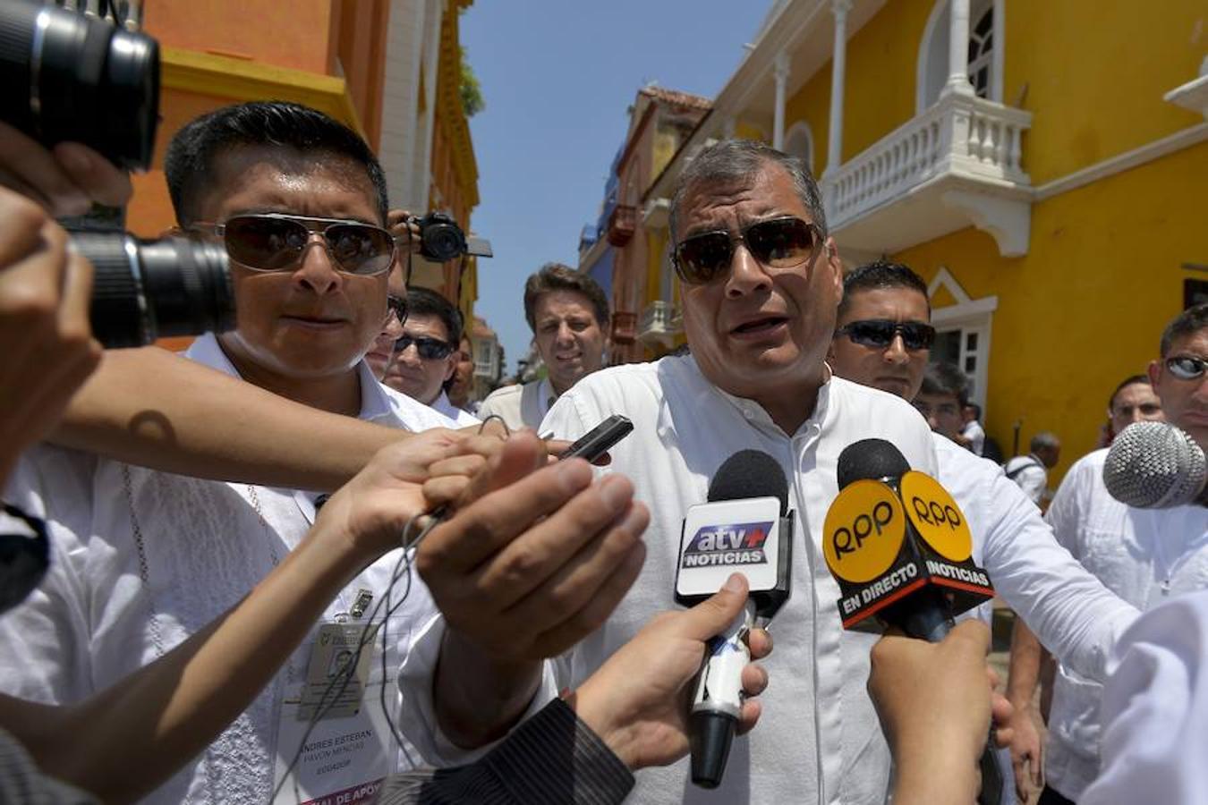 El presidente de Ecuador, Rafael Correa, habla con los periodistas a sy llegada a la Iglesia de San Pedro para asistir a la ceremonia ecuménica por la paz en Colombia que será firmada este lunes entre el Gobierno y las FARC