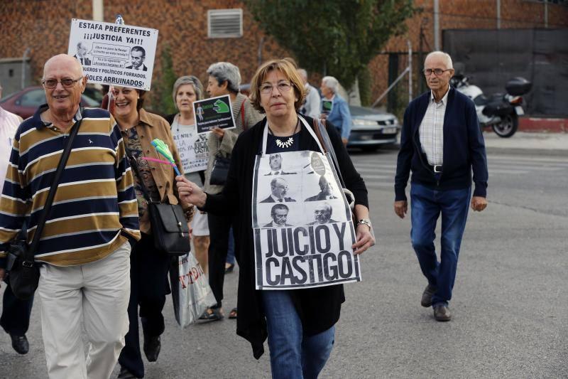 Los preferentistas protestan antes del comienzo del juicio por las tarjetas «black»