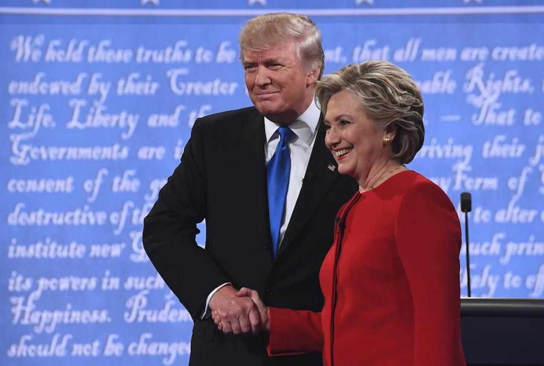 Trump y Clinton se saludan por primera vez desde que comenzó la campaña
