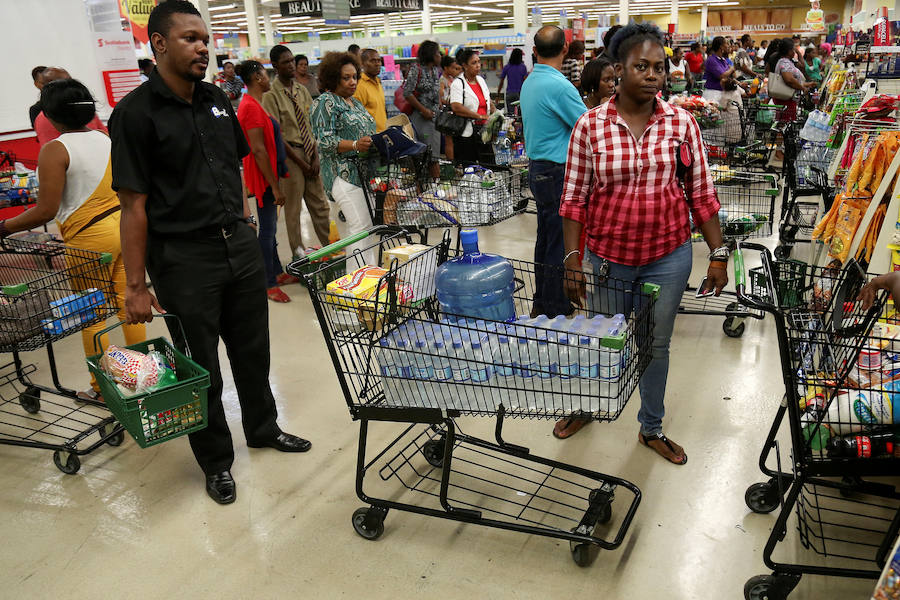 Jamaicanos apuraban este sábado hasta el último minuto en la cola de un supermercado, antes de la llegada del Huracán Matthew a la isla