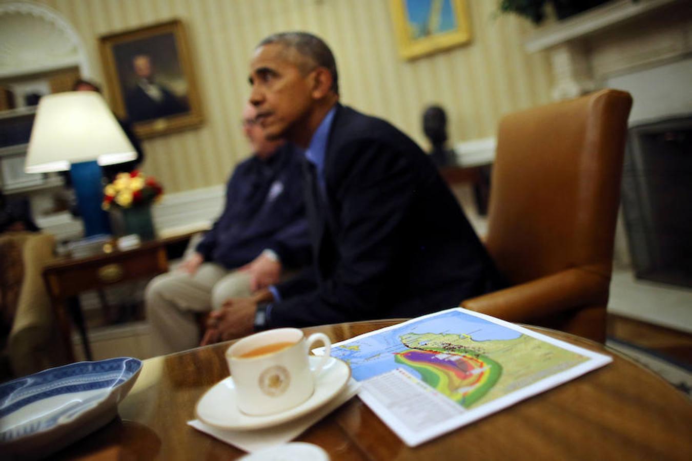 Obama junto a un mapa con la trayectoria del huracán en el Despacho Oval