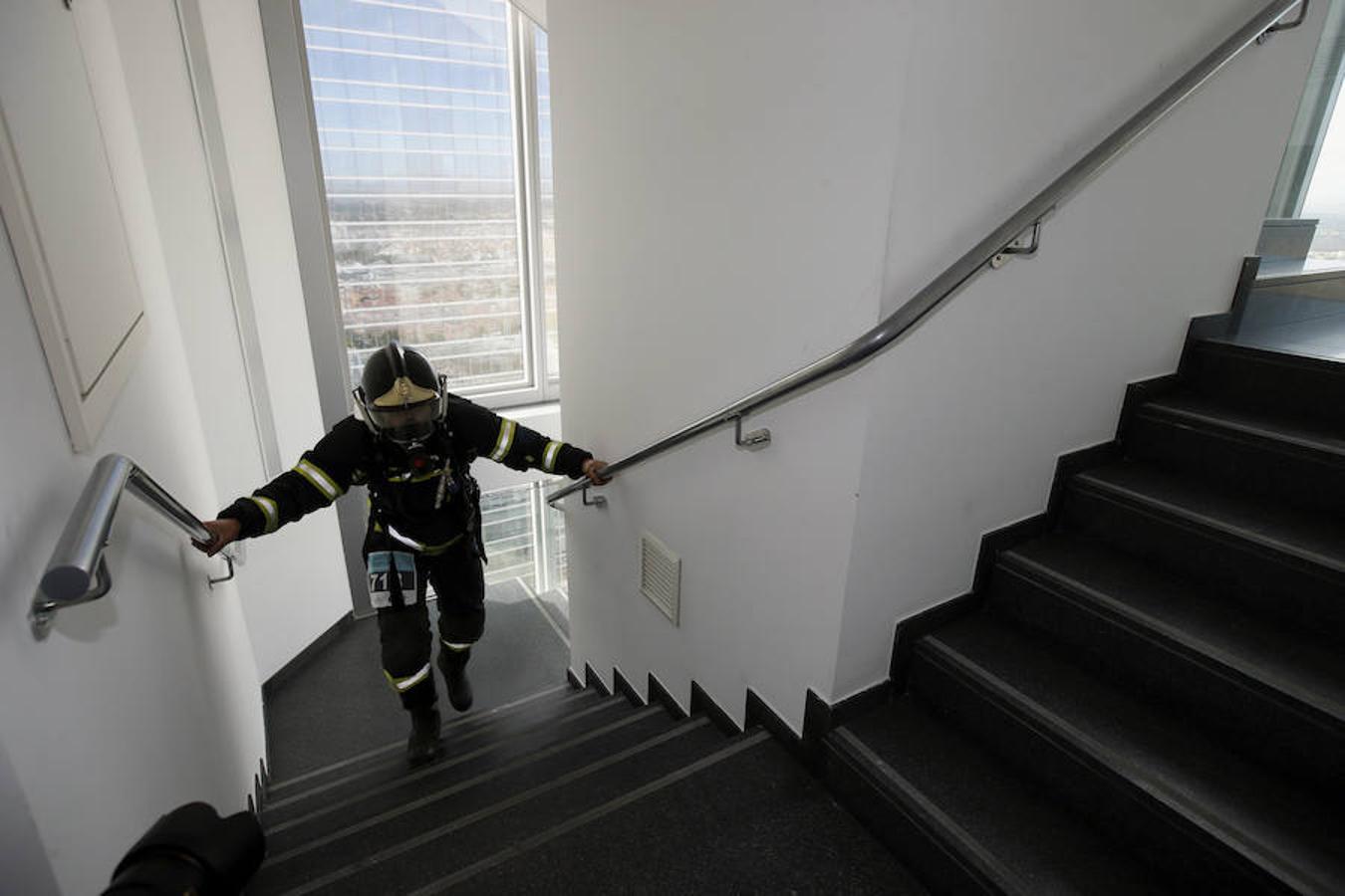 Los bomberos han subido cientos de peldaños en unos minutos