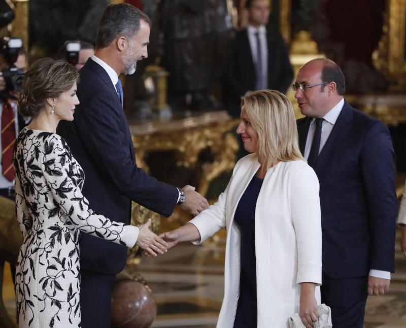 Los Reyes saludan al presidente murciano, Pedro Antonio Sánchez (d), durante la tradicional recepción ofrecida hoy en el Palacio Real con motivo del Día de la Fiesta Nacional.