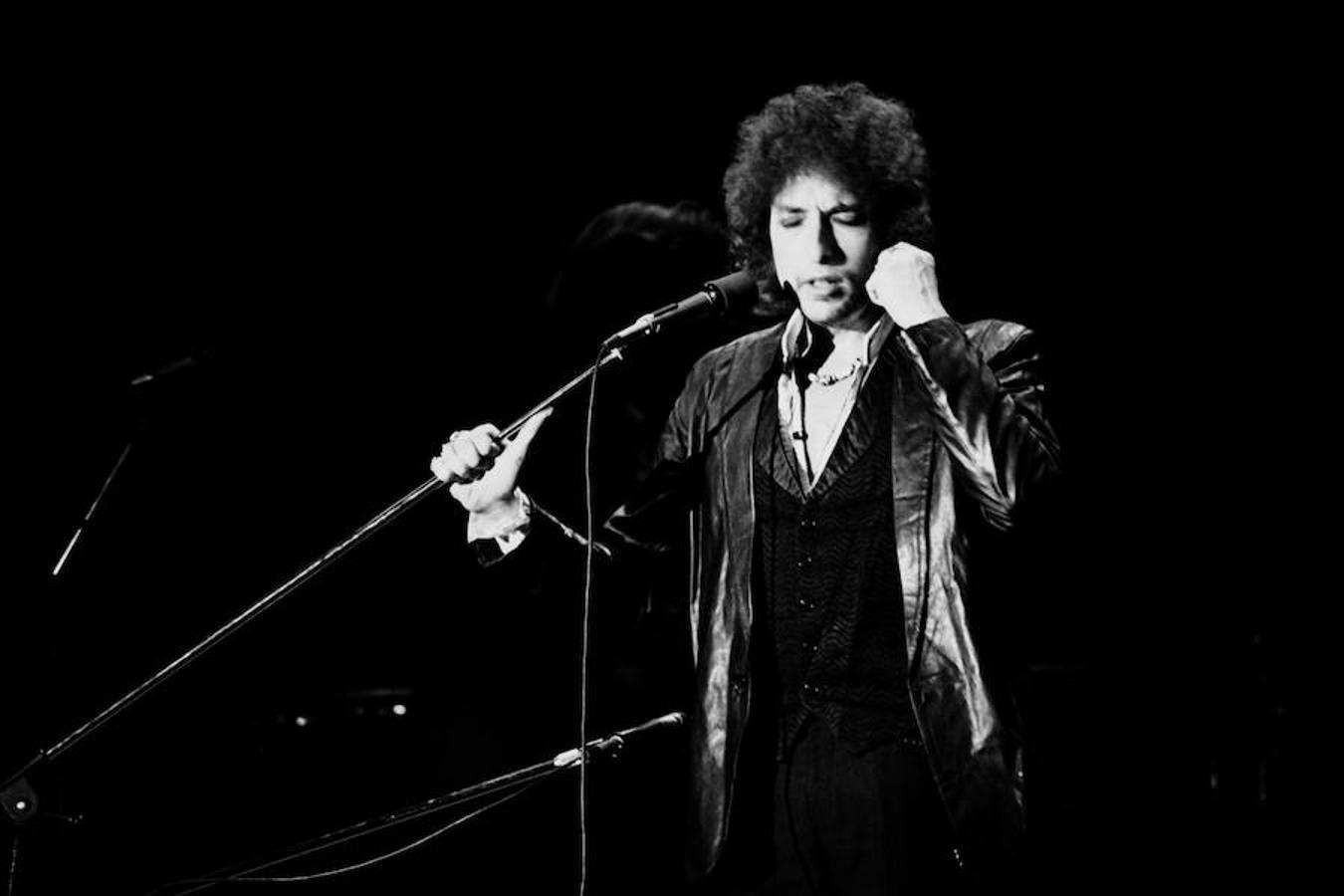Bob Dylan, Premio Nobel de Literatura 2016, durante un concierto en París en el año 1978