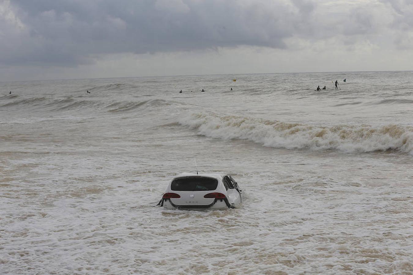 Un coche arrastrado hasta la playa de Vilassar de Mar (Barcelona), a causa de la tormenta que cayó este miércoles, y que costó la vida a un vecino de Mataró, arrastrado en su coche por la lluvia.