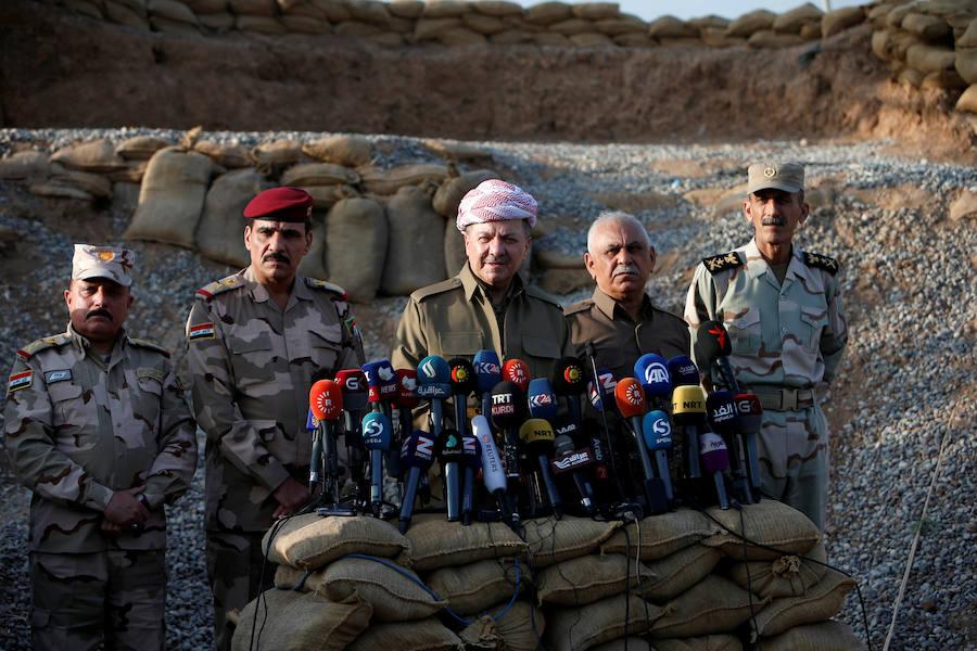 El presidente de la región del Kurdistán iraquí, Massoud Barzani, habla durante una rueda de prensa a las puertas de Mosul, bastión de Daesh que el Ejército de Irak y sus aliados tratan de recuperar.