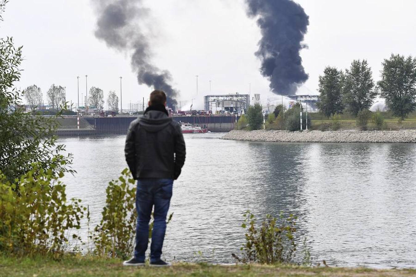Un hombre observa como los bomberos intentan apagar las llamas en el recinto de la compañía Basf en Ludwigshafen (Alemania).