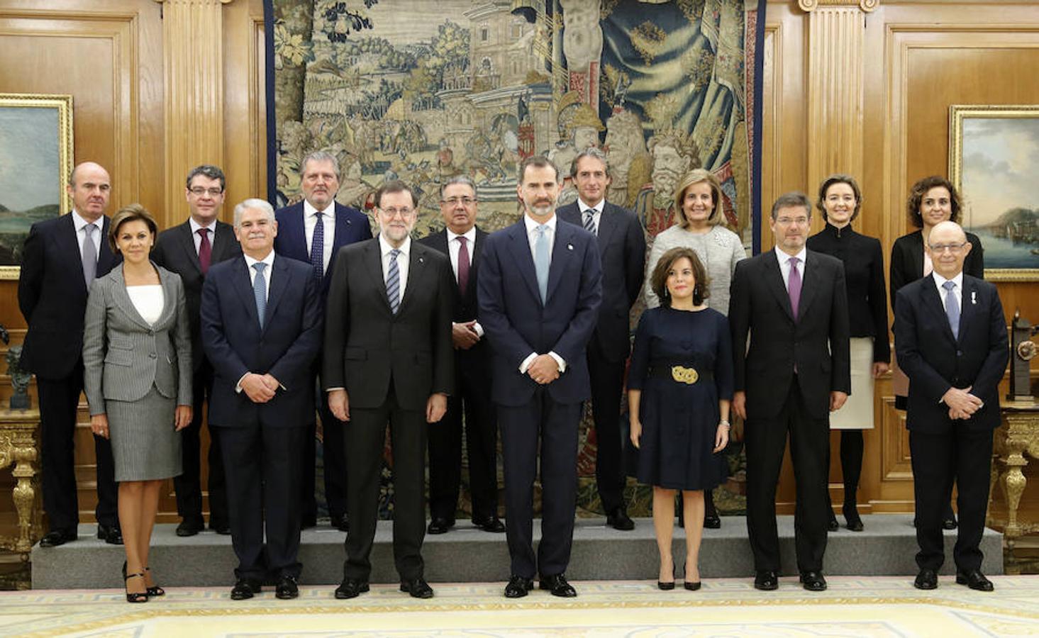 El Rey. junto al presidente del Gobierno y los ministros de esta legislatura