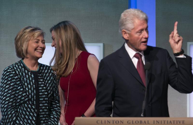 Casada con el presidente Bill Clinton, Hillary no se limitó a un papel secundario como Primera Dama, sino que lideró el esfuerzo fallido por promulgar un plan de salud en 1993, la medida estrella del programa político de su marido