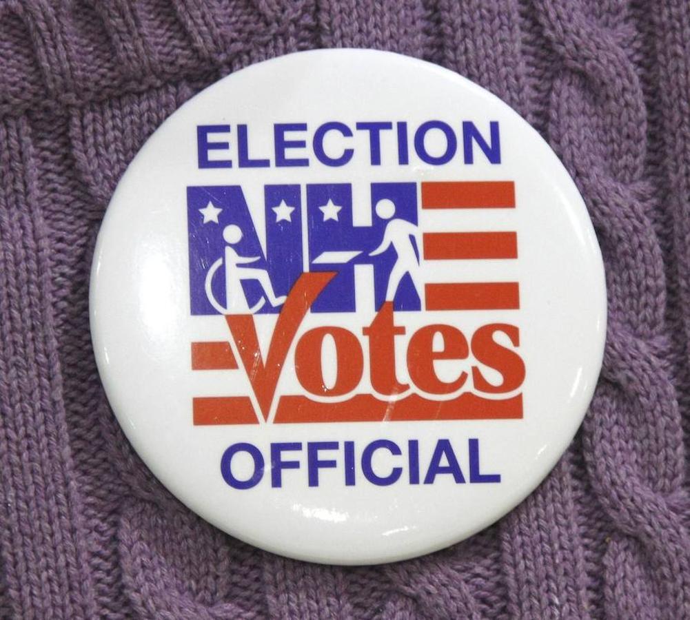 Un trabajador de una mesa electoral porta una chapa identificativa durante la elecciones presidenciales en un colegio electoral de Colebrook, Nuevo Hampshire (Estados Unidos)