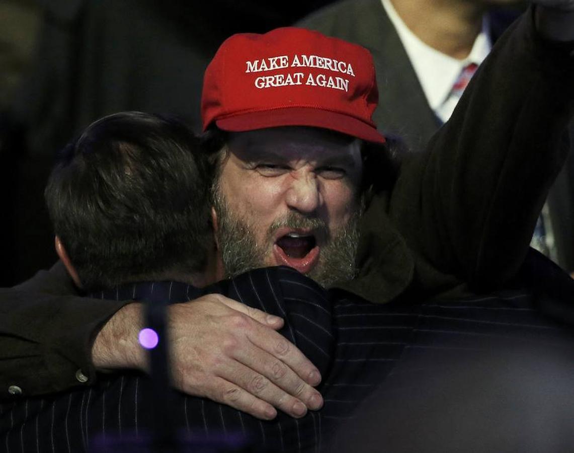 Un seguidor republicano celebra la victoria de Trump