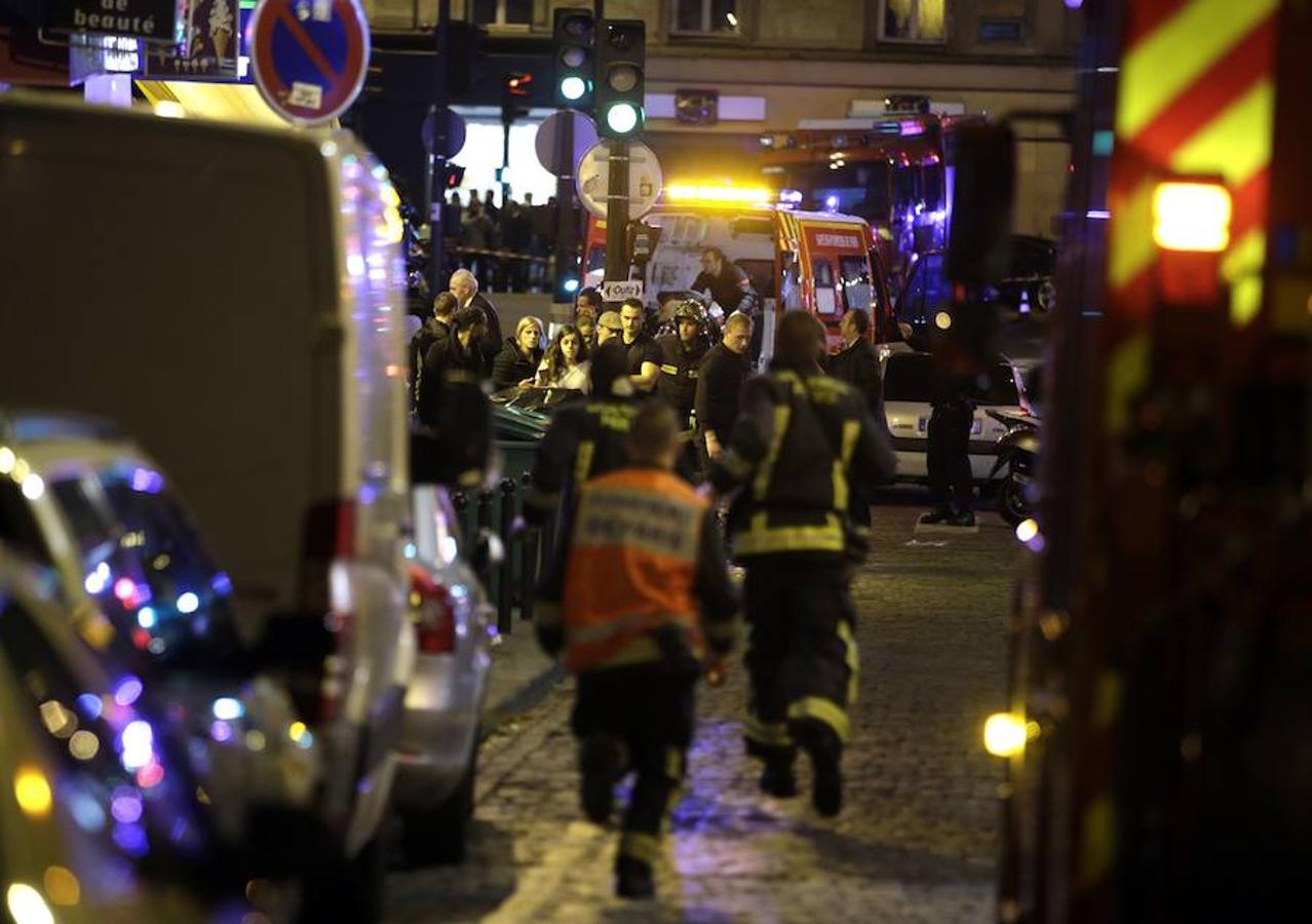 Los equipos de rescate evacúan a las personas que se encontraban en las inmediaciones de los lugares donde se llevaron a cabo los atentados