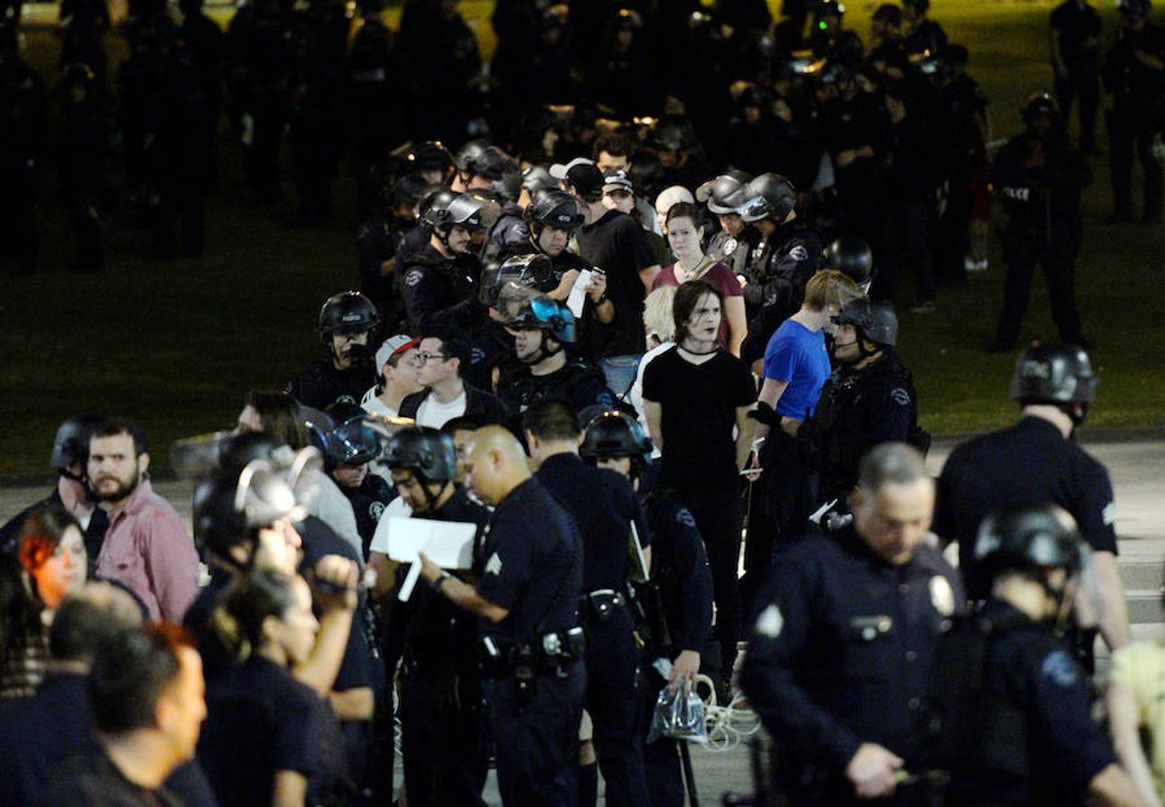 Manifestantes detenidos por agentes del Departamento de Policía de Los Ángeles después de una marcha contra la elección del republicano Donald Trump como Presidente de Estados Unidos