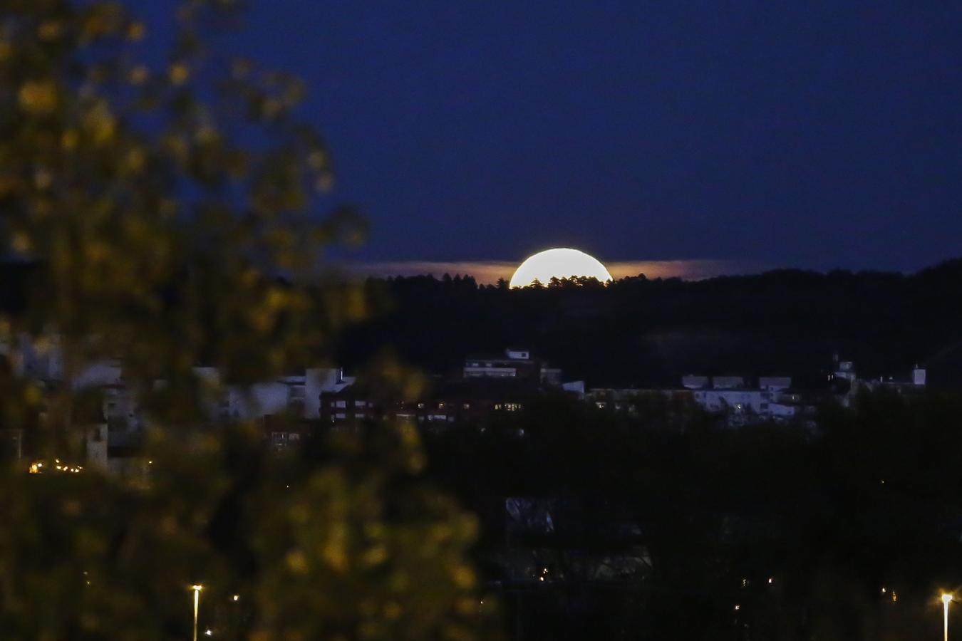 La superluna, desde la capital leonesa