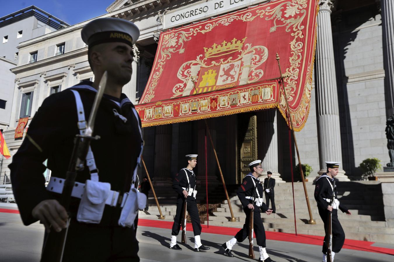 Varios soldados de la Armada pasan frente al Congreso de los Diputados
