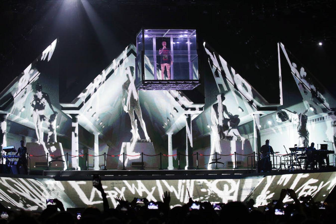 Justin Bieber apareció en el escenario dentro de un cubo
