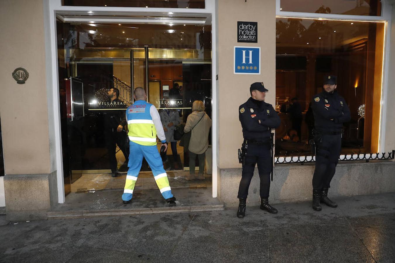 Facultativos del Summa y agentes de la Policía Nacional, a las puertas del hotel de Madrid, situado en las inmediaciones del Congreso de los Diputados, donde ha fallecido la senadora y exalcaldesa de Valencia Rita Barberá, tras sufrir un infarto