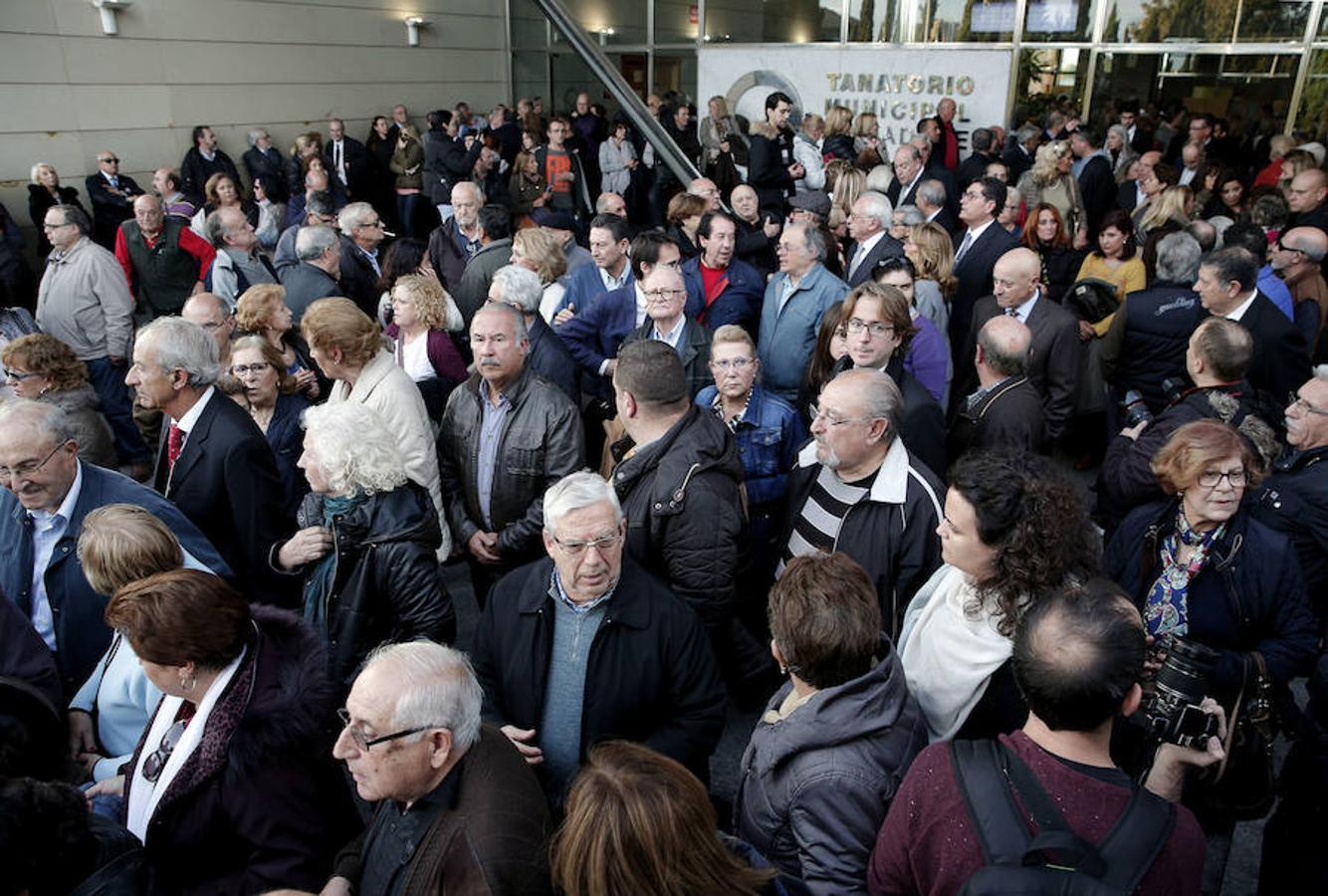 Numerosas personas salen del Tanatorio Municipal de Valencia tras asistir a la misa por la exalcaldesa Rita Barberá