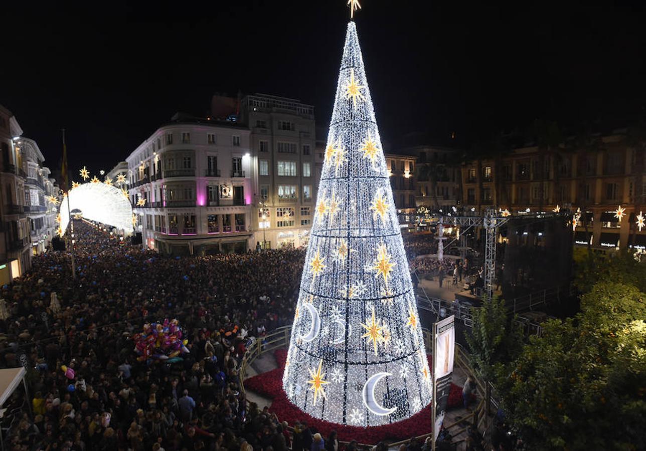 Árbol gigante de Navidad en el centro de Málaga.