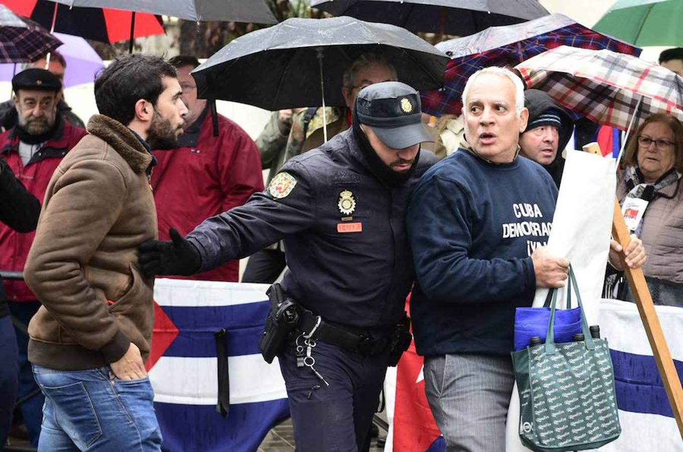 Castristas y disidentes se han enfrentado hoy ante la embajada de Cuba en Madridse han enfrentado hoy ante la embajada de Cuba en Madrid durante la concentración de unos y otros con motivo de la muerte de Fidel Castro.