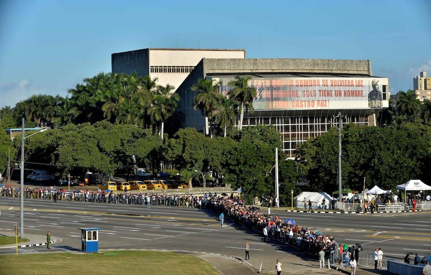 Los cubanos han hecho colas de más de tres horas para entrar al memorial de Fidel Castro desde primera hora de la mañana