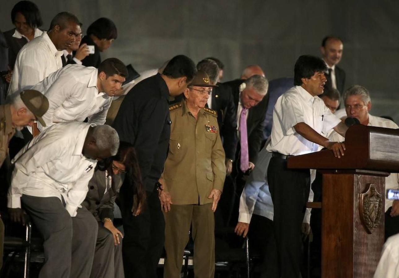 El presidente de Bolivia, Evo Morales, habla ante la presencia de Raúl Castro