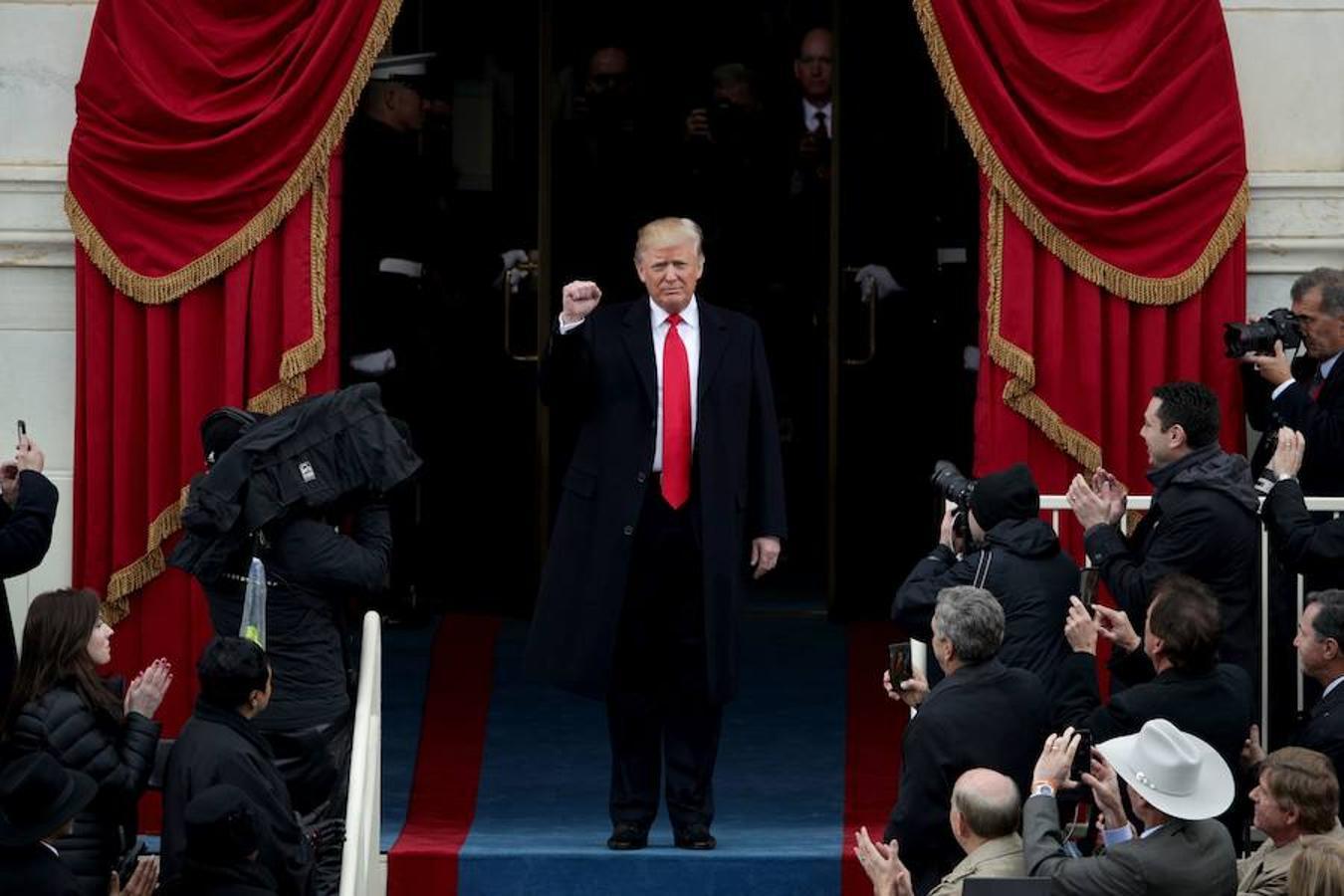 Trump levanta el puño al inicio de la ceremonia de investidura
