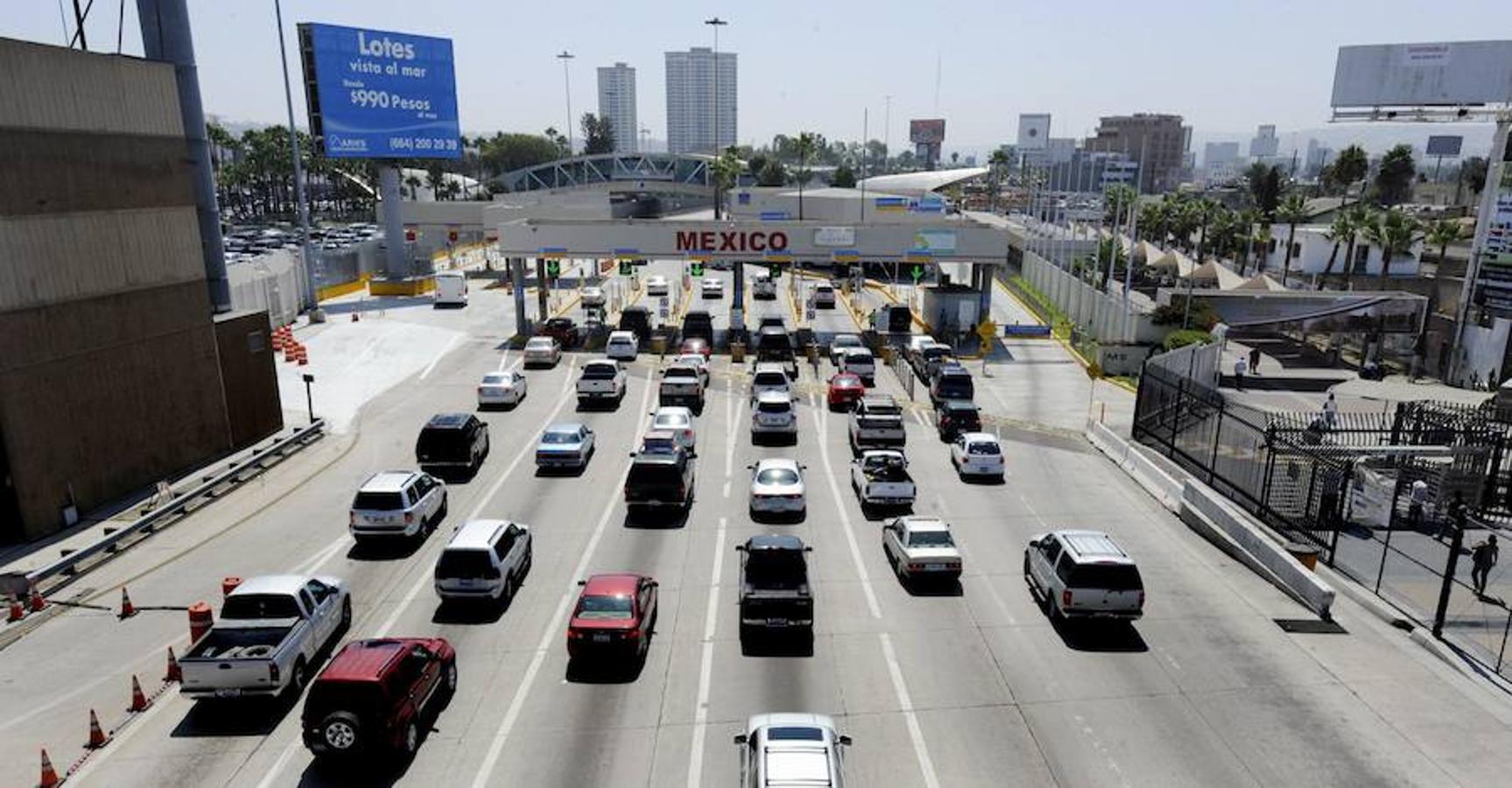 Vehículos alineados para entrar en México, en agosto de 2010, en la frontera de San Isidro (California). Una época en la que cientos de mexicanos cruzaban legalmente a Estados Unidos para adquirir bienes y buscar atención médica