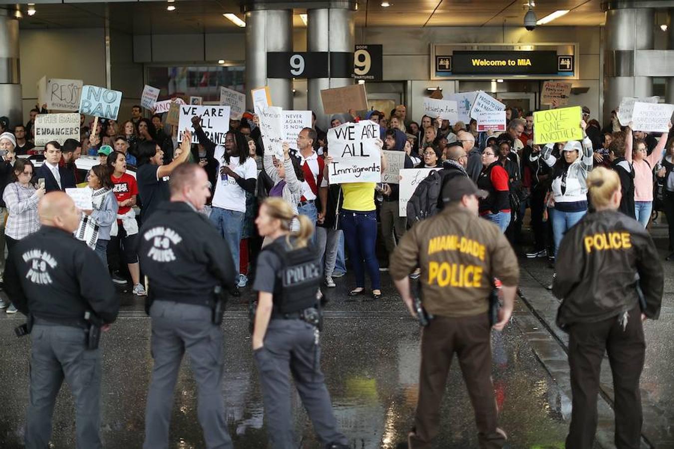 La aplicación automática de este decreto ha provocado, en apenas unas horas, la detención de decenas de pasajeros y el caos en diferentes terminales. En la imagen, el aeropuerto de Miami