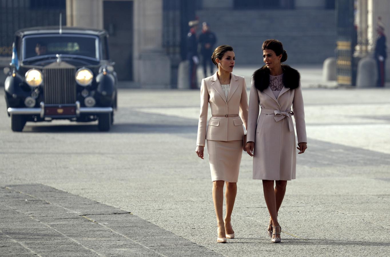 La Reina Letizia, junto a Juliana Awada, esposa del presidente de Argentina, Mauricio Macri, a su llegada hoy al Palacio Real