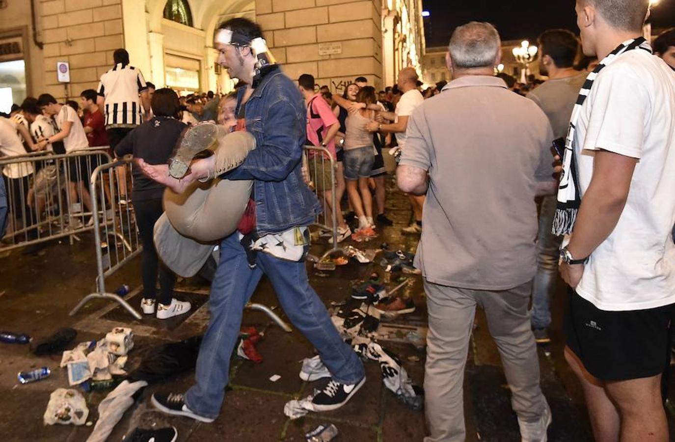 Miles de aficionados de la Juventus huyen despavoridos al escuchar una especia de explosión mientras veían la final de la Liga de Campeones en la Piazza San Carlo