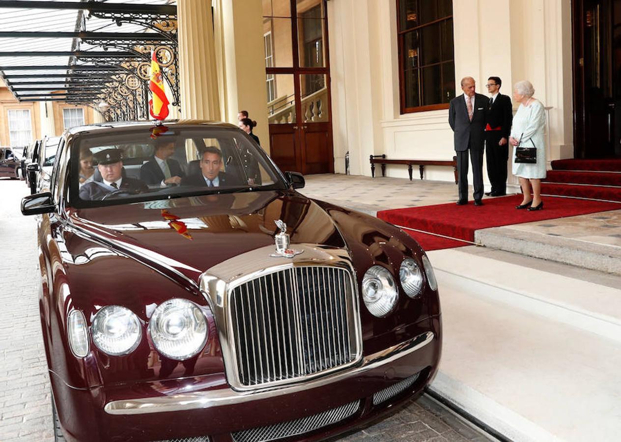 Los Reyes Felipe y Letizia llegan en coche al palacio de Buckingham para ser despedidos oficialmente por la reina Isabel II y su marido, el duque de Edimburgo, tras su visita de Estado de tres días a Reino Unido
