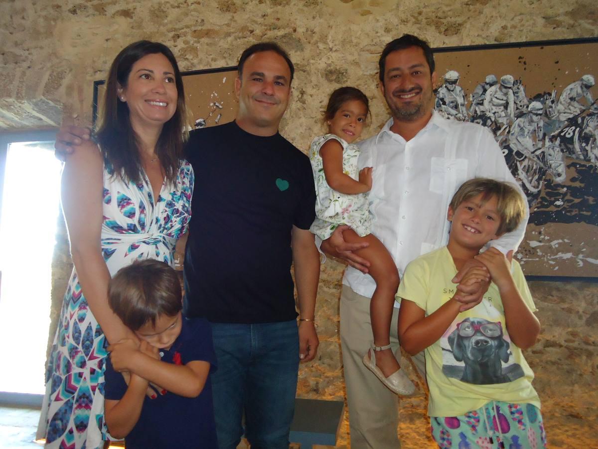 María Taylor, Ángel León y Basilio Iglesias con sus hijos