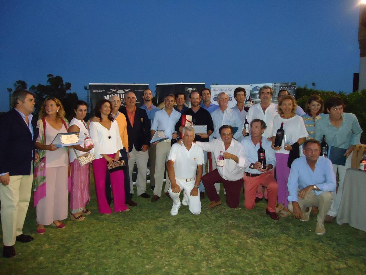 Foto de familia de los ganadores, directiva y patrocinadores
