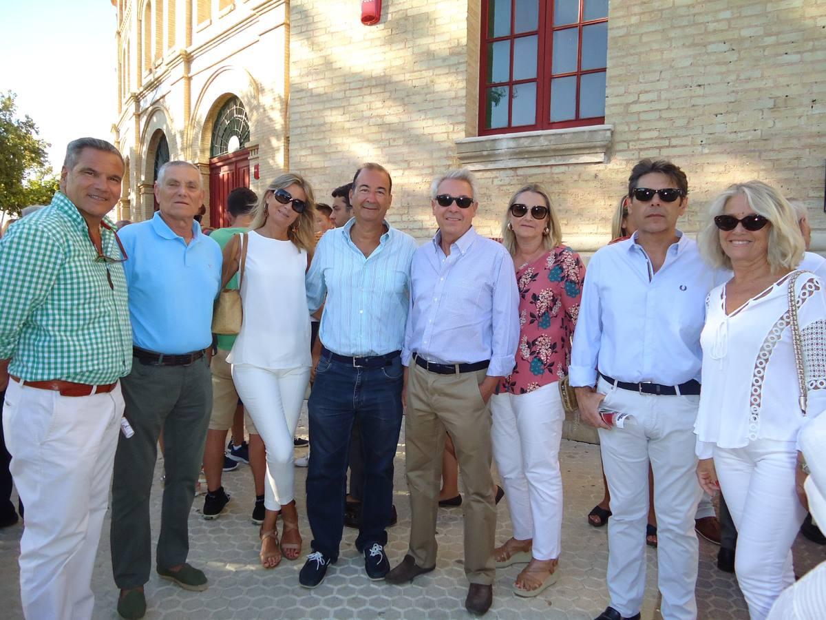 El vicepresidente del Real Madrid, Eduardo Fernández de Blas, acompañado de reconocidos aficionados madridistas