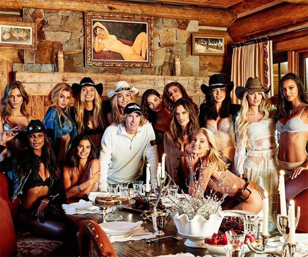 Los «ángeles» de Victoria´s Secret junto al director de cine, Michael Bay, encargado de dirigir el nuevo spot de la marca de ropa interior