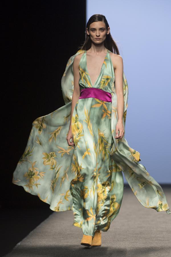 Siempre con su mirada a los años 70, pero con las ideas claras de cómo vestir a una mujer elegante del siglo XXI