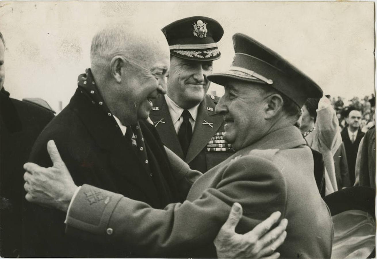 El 21 de diciembre de 1959, Ike Eisenhower, entonces presidente de Estados Unidos, llegaba a España para una corta visita. Al día siguiente, Franco acudió a despedirle a la base aérea conjunta de Torrejón de Ardoz. A pie de la escalerilla del avión se despidieron con un abrazo. Este encuentro suele presentarse como el momento de la consolidación del régimen de Franco y la prueba definitiva de que el dictador había conseguido salir del aislamiento que sufría tras la derrota del Eje en la II Guerra Mundial