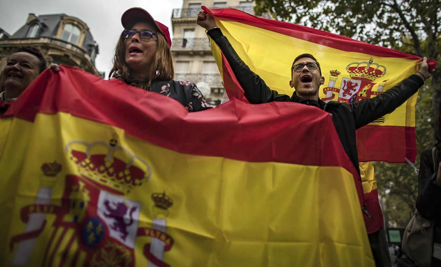 En las manifestaciones se ha coreado eslóganes como «Viva España y viva Cataluña», «No estáis solos» o «España, unida, jamás será vencida»