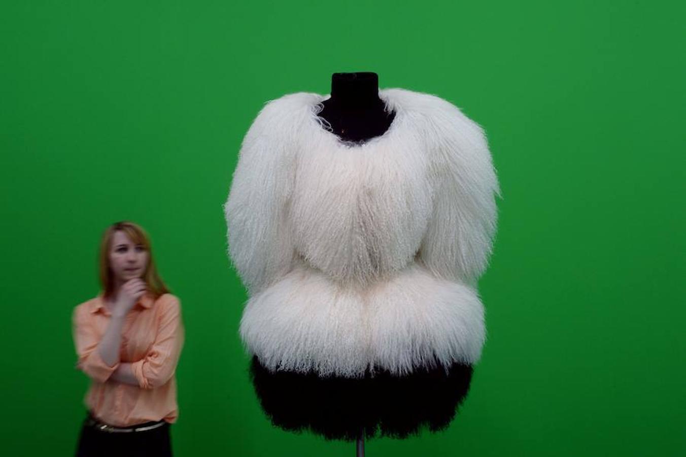 Imagen de uno de los diseños de Azzedine Alaïa, en una exposición en el Museo NRW Forum de Dusseldorf, en junio de 2013