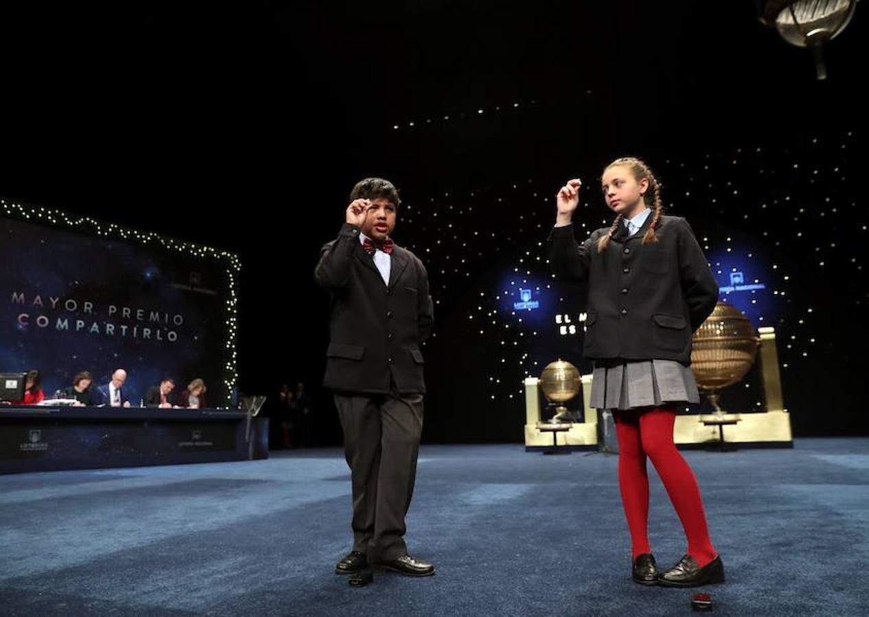Josué Ariel Guamán y Aroa Patricio muestran el número 06914, dotado con 500.000 euros por serie, 50.000 euros al décimo, el tercer premio del sorteo extraordinario de Lotería de Navidad