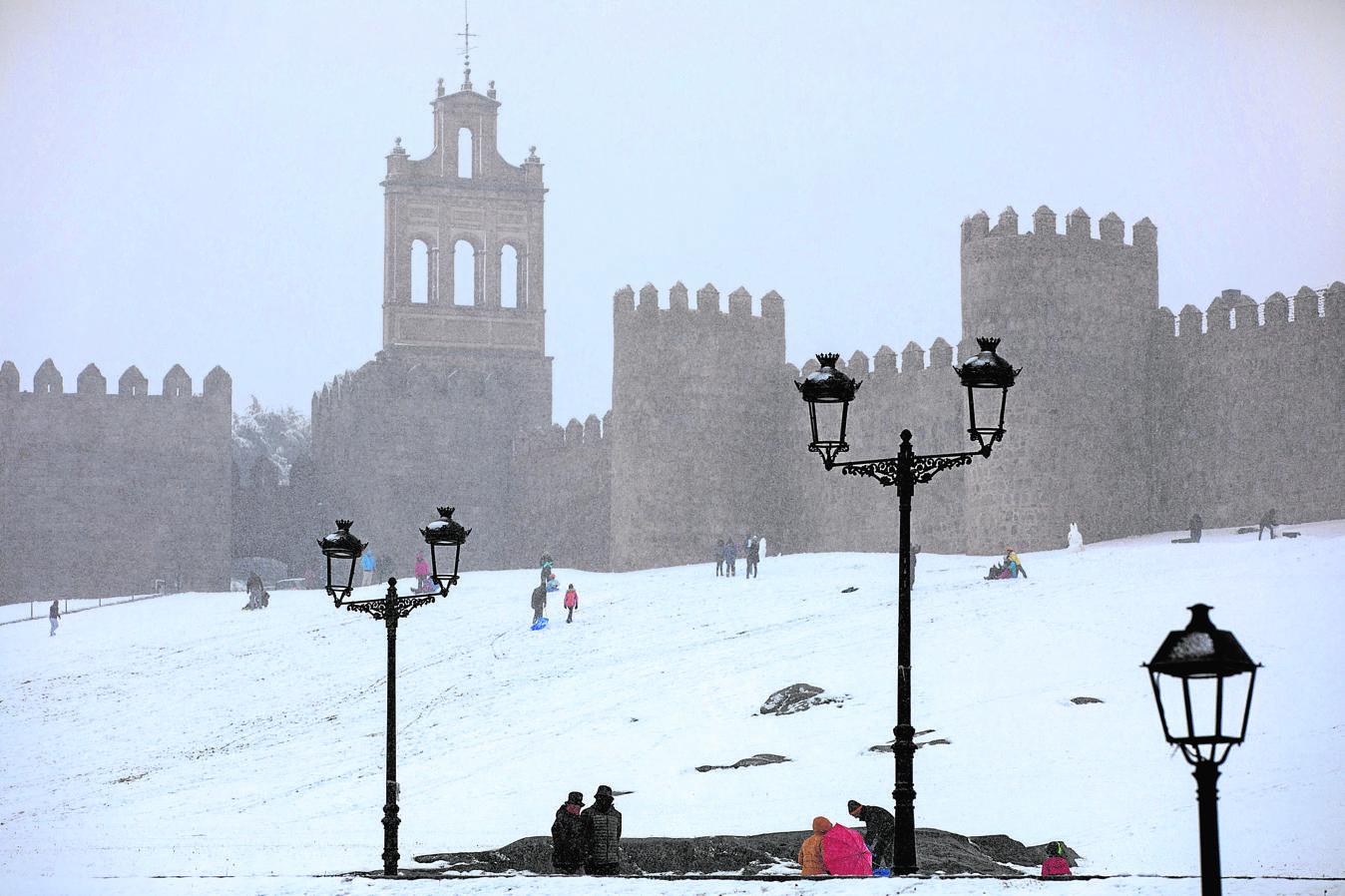 La nevada caída durante las últimas 24 horas en Ávila ha causado numerosos problemas en la capital, que ha amanecido con una capa de nieve de entre 30 y 40 centímetros. Un total de 16 personas ha tenido que ser refugiadas en las dependencias de la Policía Municipal