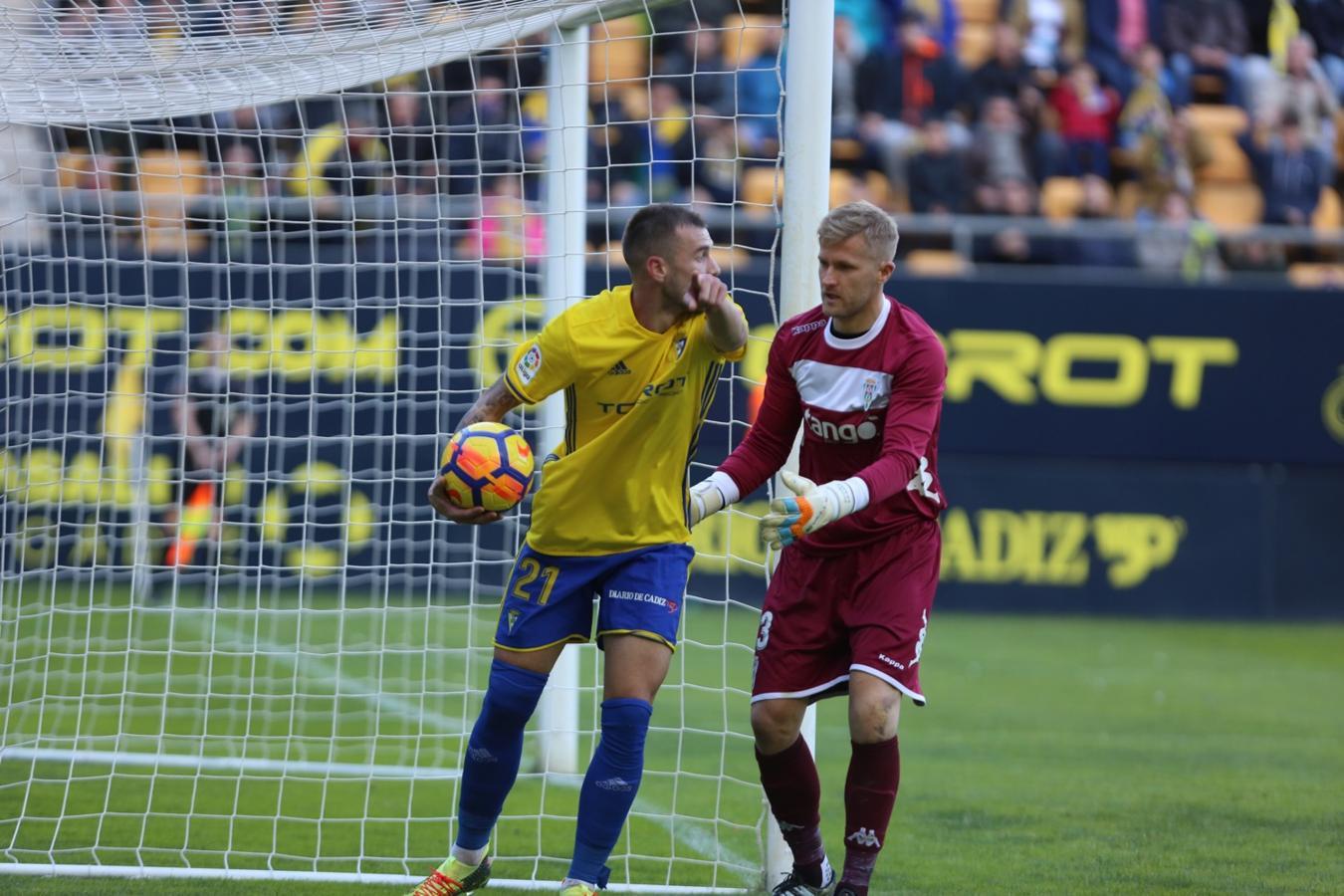 Huesca y Cádiz aumentan la ventaja tras sus victorias.