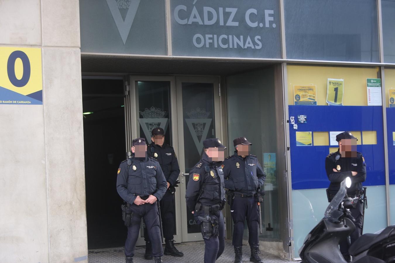 La polic a registra las oficinas del c diz cf por orden judicial - Oficina del policia ...