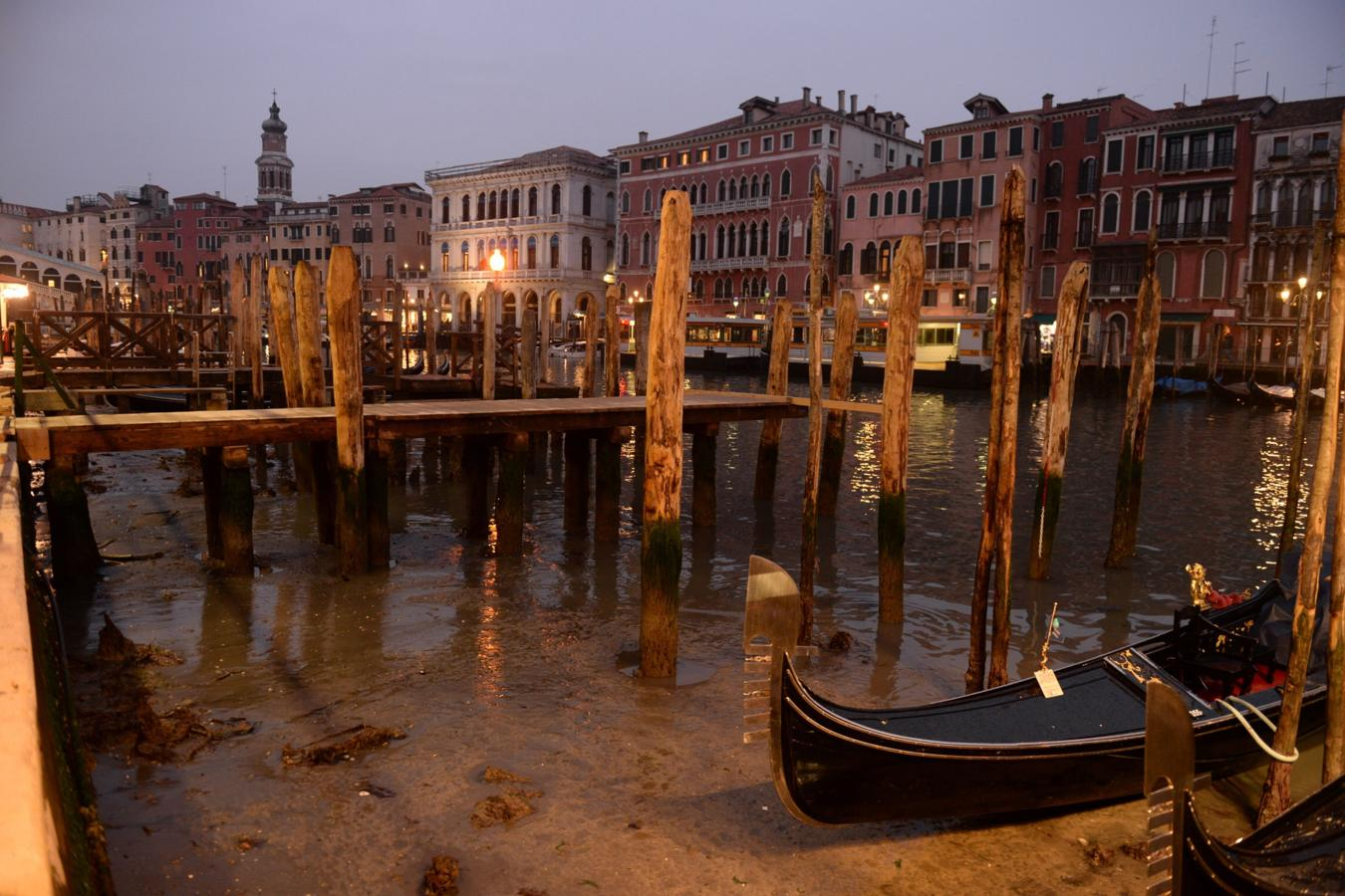 Los principales canales de Venecia se encuentran casi sin agua, dificultando la navegación.
