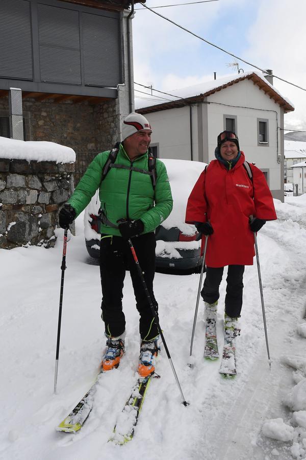 Varios esquiadores entre la nieve acumulada en la localidad de Puebla de Lillo (León)