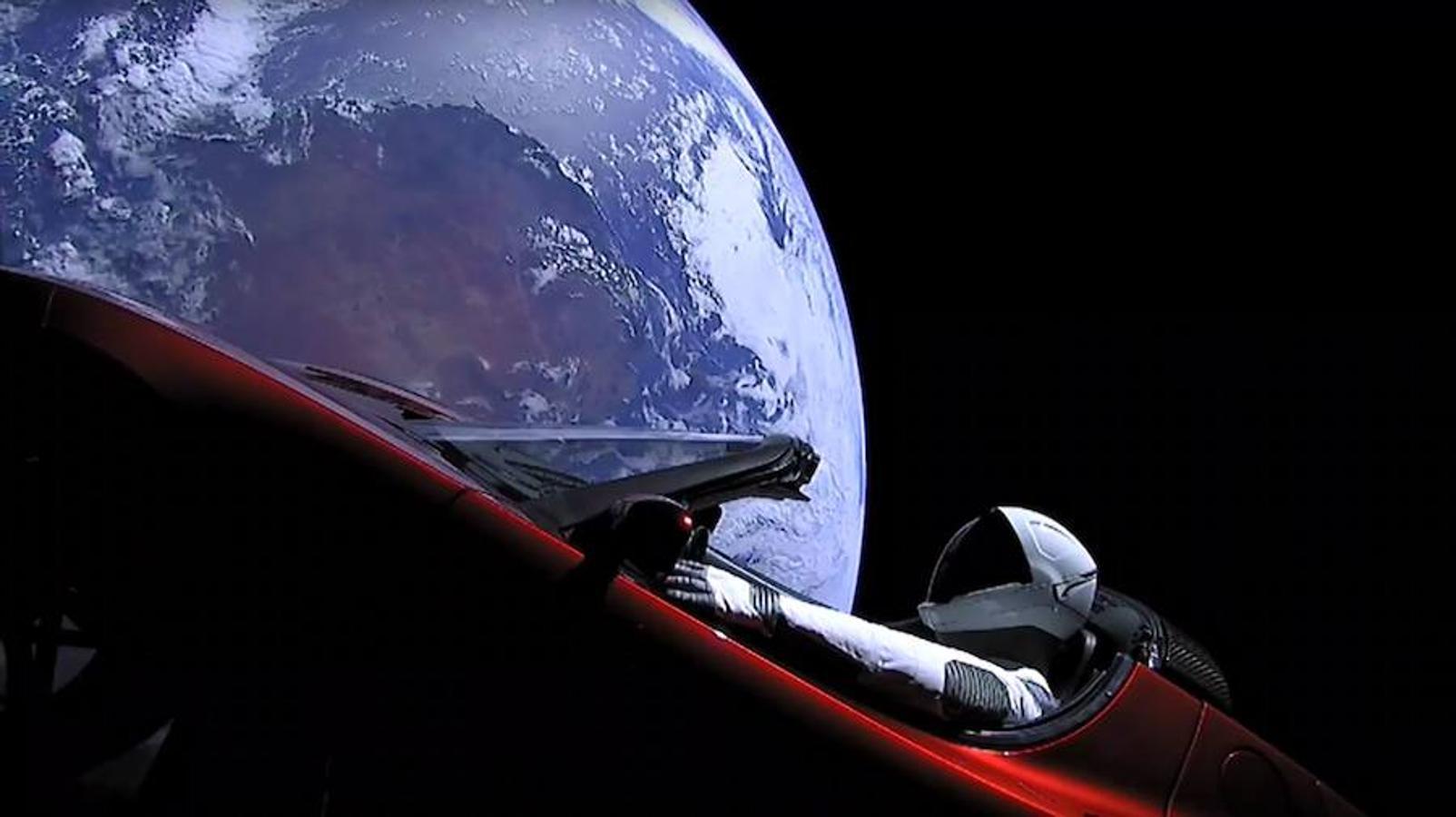Esta imagen tomada de un vídeo en vivo de SpaceX muestra al maniquí «Starman» sentado en el Tesla interior del Falcon Heavy después de entrar en órbita el 7 de febrero de 2018. Gritos y vítores estallaron en Cabo Cañaveral, Florida cuando el enorme cohete hizo funcionar sus 27 motores. El Falcon Heavy alcanzó el cielo desde la misma plataforma de lanzamiento que la NASA utilizó para las misiones estadounidenses la luna hace cuatro décadas