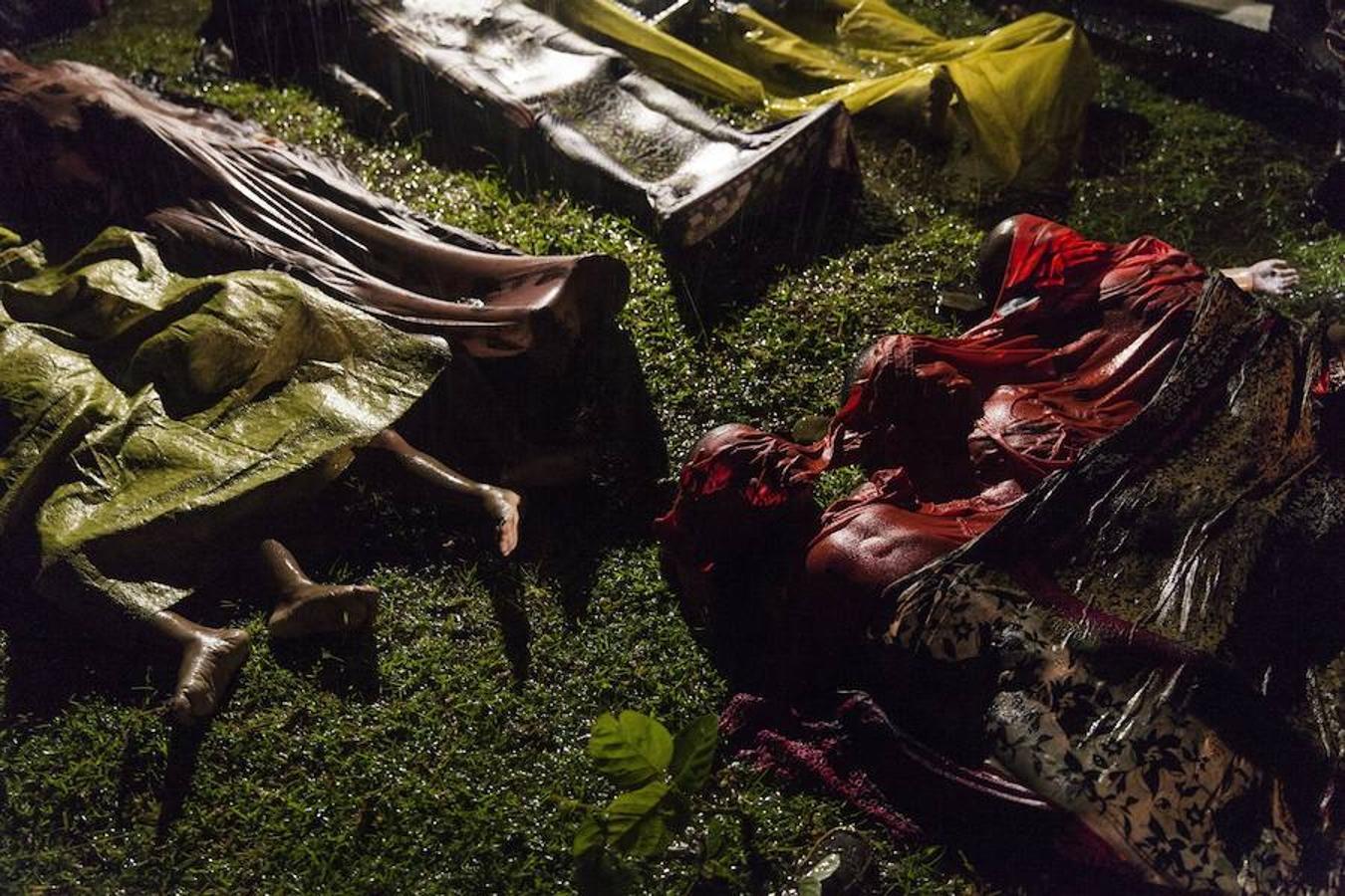 La fotografía tomada por el fotógrafo Patrick Brown de Panos Pictures es de septiembre de 2017 y muestra los cuerpos sin vida de unos niños y refugiados Rohinyá en una playa en Cox Bazar (Bangladesh) después de que su barco naufragase mientras huían de Birmania