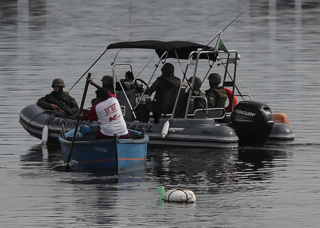 Autoridades brasileñas, en medio de una operación el pasado martes en Río de Janeiro. Militares de las Fuerzas Armadas y agentes de los cuerpos policiales brasileños lanzaron una nueva operación contra el crimen organizado y el narcotráfico en la favela Kelson en la zona norte de la ciudad carioca, cuya seguridad está bajo el control del Ejército desde la semana pasada